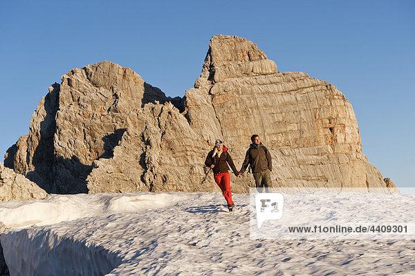 Österreich  Steiermark  Dachstein  Junges Paar beim Bergwandern  Händchenhalten