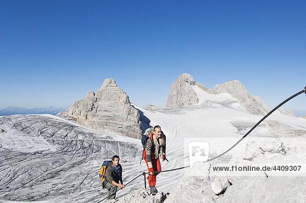 Österreich  Steiermark  Dachstein  Junges Paar Bergsteigen