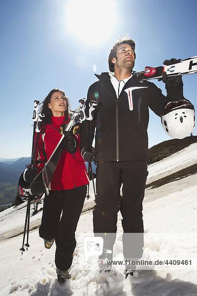 Italien  Südtirol  Paar mit Skiern  wegschauen