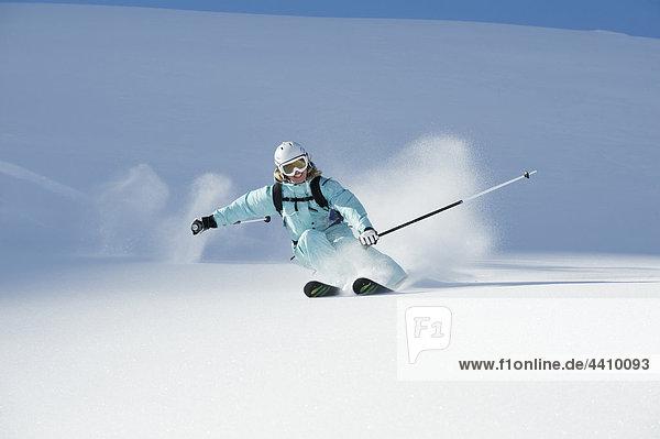 Österreich  Frau beim Skifahren am Arlberg  lächelnd