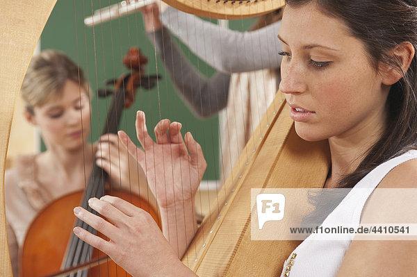 Junge Frauen  die Musikinstrumente spielen