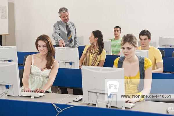 Deutschland  Emmering  Dozent Ausbildung von Studenten im Computerlabor
