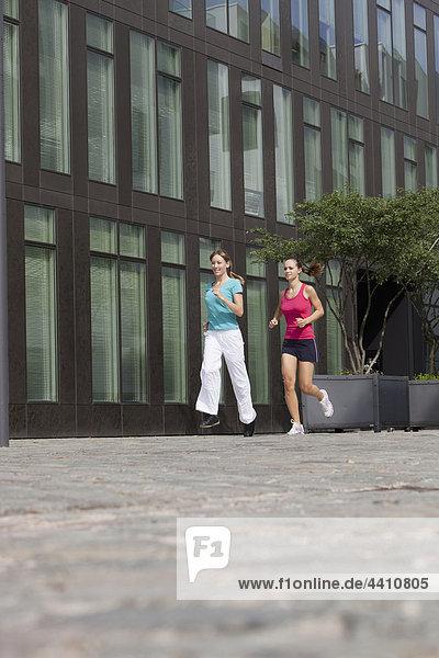 Junge Frauen beim Joggen