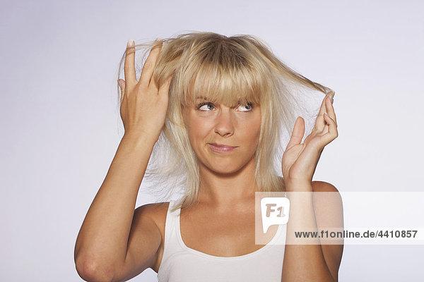 Nahaufnahme einer jungen Frau mit verstrubbeltem Haar