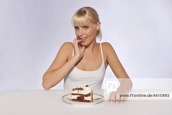 Junge Frau mit Kuchenstück  Portrait