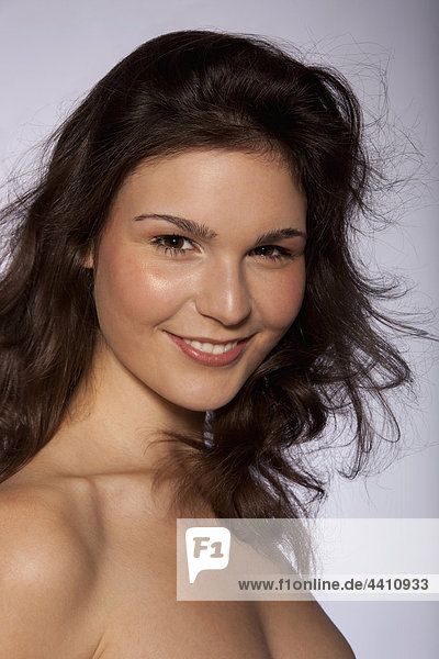 Junge Frau lächelnd  Portrait  Nahaufnahme
