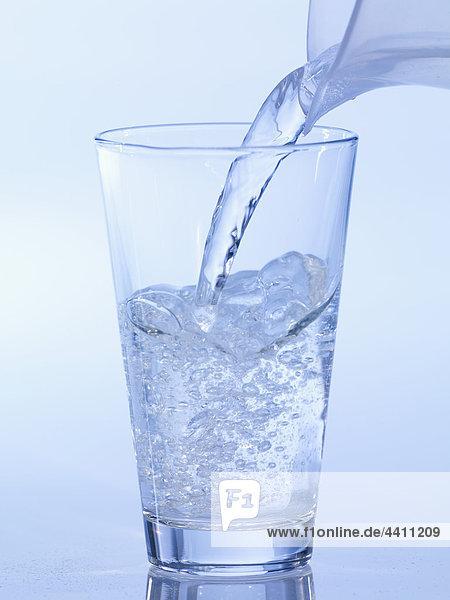 Wasser in Glas gießen  Nahaufnahme