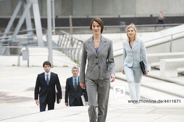 Geschäftsfrau mit Geschäftsleuten im Hintergrund