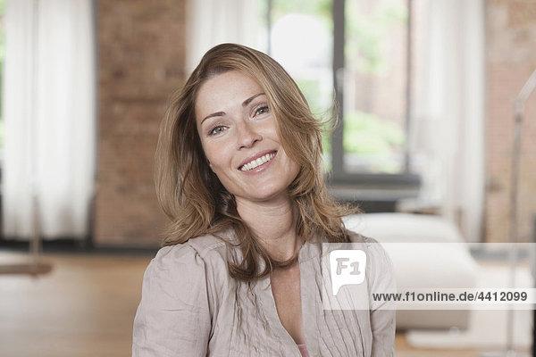 Deutschland  Porträt einer Frau  lächelnd