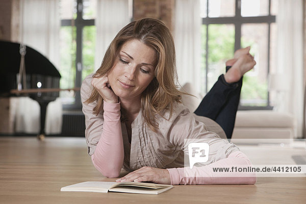 Deutschland  Frau liegt und liest Buch