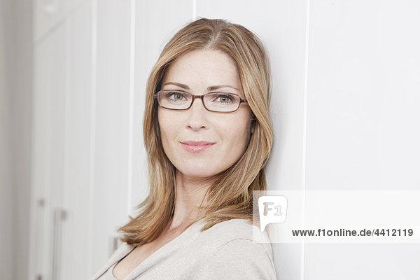 Deutschland  Frau mit Brille  lächelnd  Portrait