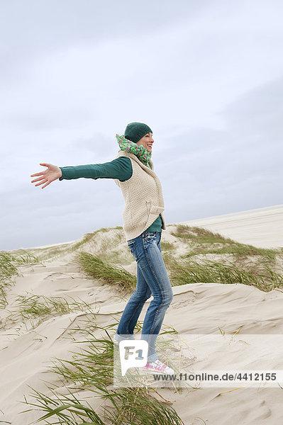 Deutschland  St. Peter-Ording  Nordsee  Frau auf Sanddünen stehend
