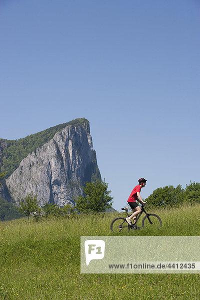Österreich  Salzkammergut  Mondsee  Drachenwand  Junger Mann auf dem Mountainbike