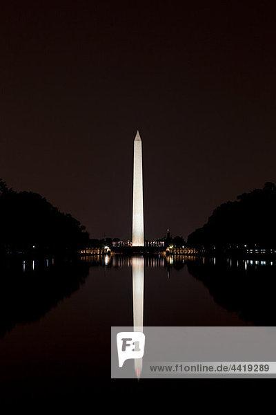 Washington Monument in der Nacht  Washington DC  USA