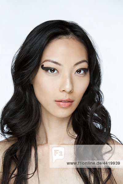 Junge Frau mit schwarzem Augen Make-up