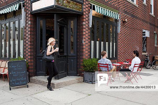 Leute außerhalb des Cafés