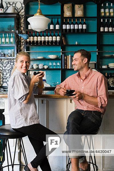 Paar an der Kaffeebar
