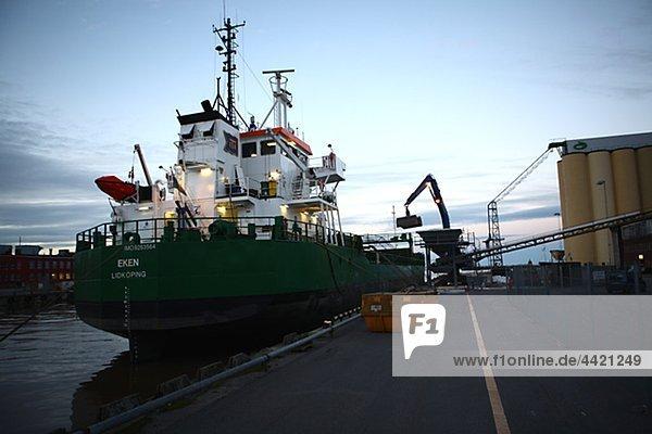 Handelsschiff im dock