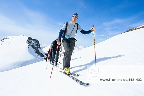 Team der Skifahrer auf Berg