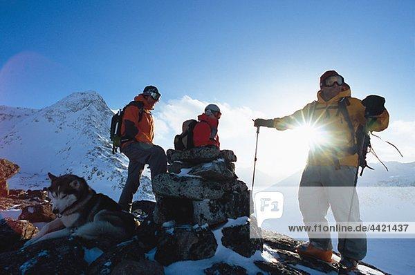 Partei der Wanderer mit Hund Standing über Berg im winter