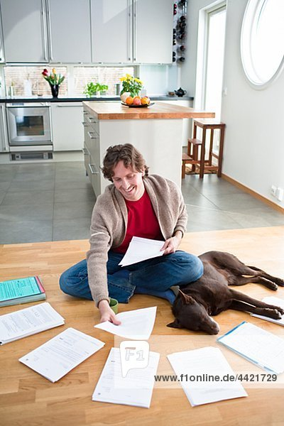 Mann Boden Fußboden Fußböden schlafen Hund arrangieren Mittelpunkt Erwachsener