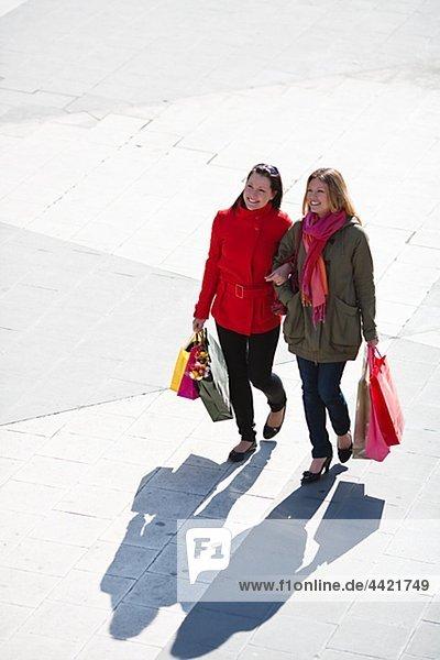 Paar junger Frauen einkaufen