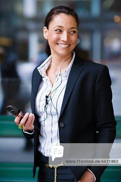 Fröhlich geschäftsfrau mit Mobiltelefon