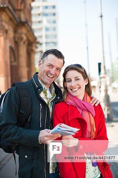Porträt Paares mit Karte Sightseeing in Stadt