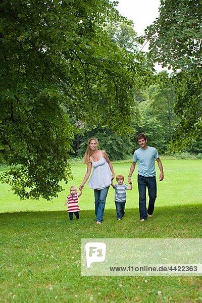 Eltern mit Kindern im Park zu Fuß