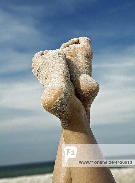 Fußsohlen einer Frau am Strand