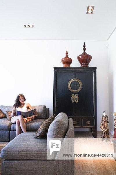 sitzend Gegenstand Zimmer Ostasien Dekoration jung Mädchen Kollektion vorlesen