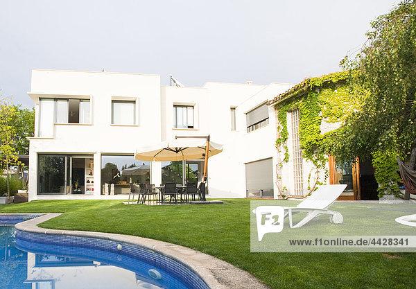Wohnhaus Architekt frontal Garten Ansicht