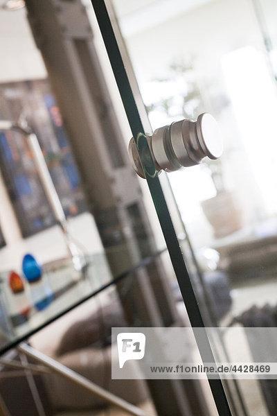 Regler des die Glastür den Zugriff auf das home office