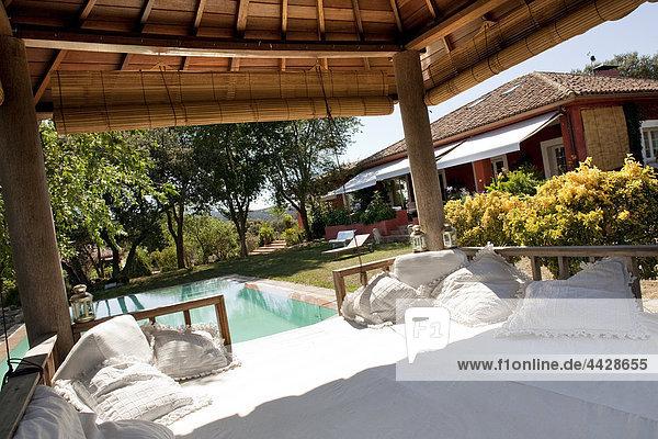 nahe ruhen Wohnhaus weiß Ländliches Motiv ländliche Motive Ursprung Garten schwimmen Polsterung Rest Überrest