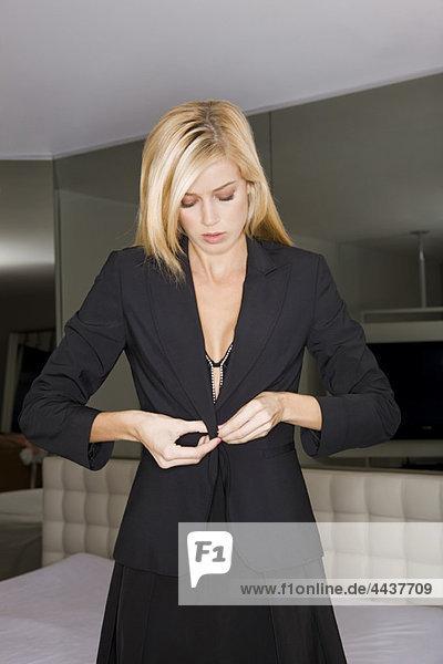 Junge Frau beim Anziehen