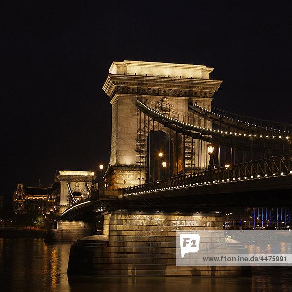 Szechenyi Kettenbrücke bei Nacht