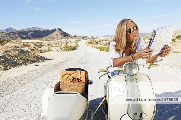 sitzend  Frau  Landkarte  Karte  Motorrad