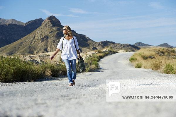Frau  tragen  Fernverkehrsstraße  Benzin
