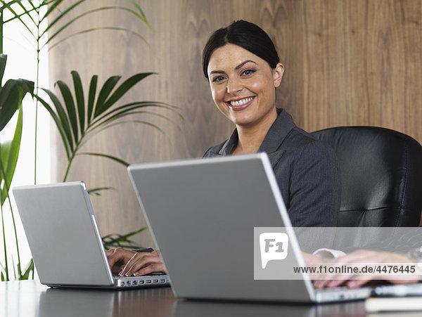 Frau  Mann  Schreibtisch  Business