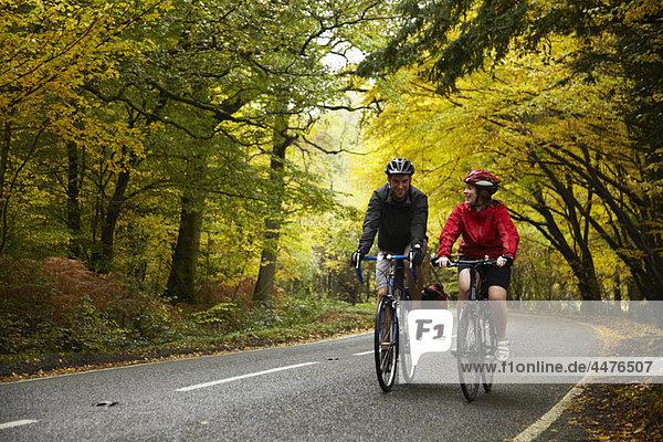 Paar Radfahren auf der Landstraße