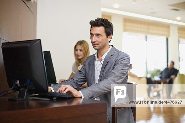 Mann am Computer sitzend