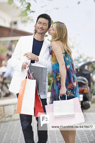 Paar mit Einkaufstaschen
