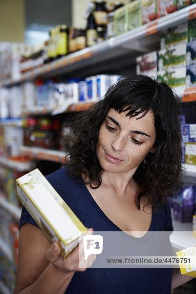 Frau liest Inhaltsverzeichnis