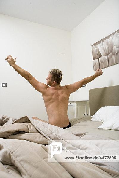 Mann  strecken  Bett  jung