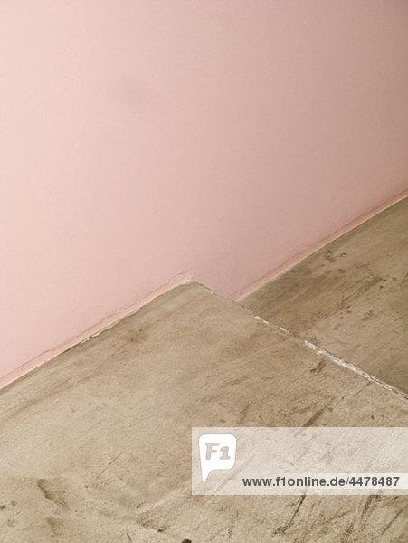 Teil einer rosa Wand und Betonstufe