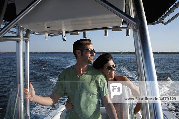 Ein Paar  das einen Tag auf seinem Boot genießt.