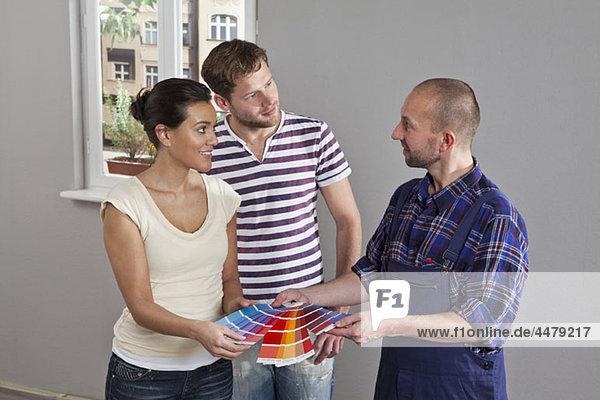 Paarberatung mit einem Hausmaler  Inneneinrichtung
