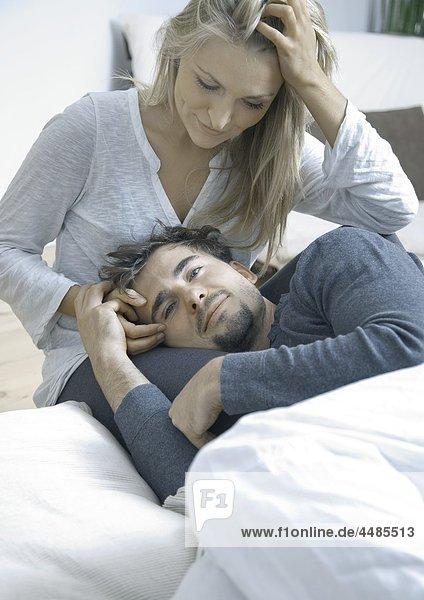 Zärtliches junges Paar