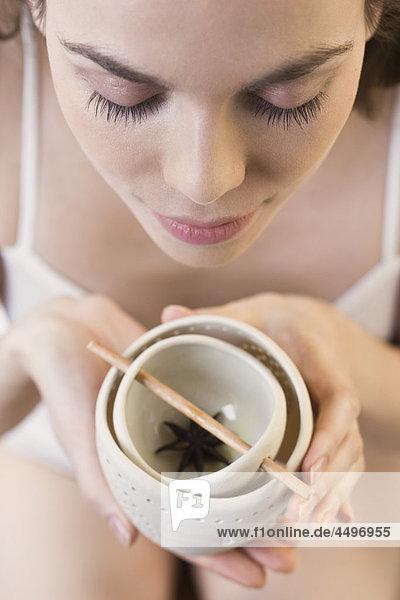Frau mit Aromatherapie-Brenner Frau mit Aromatherapie-Brenner