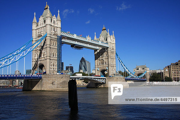 Großbritannien  England  UK  Großbritannien  London  Reisen  Tourismus  Brücke  Landmark  Tower Bridge  Thames River  Fluss  Boot  Swiss Re  Gurke